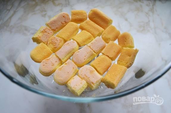 А теперь соберите десерт. Выложите 1/3 печенья, поломав его, на дно глубокой стеклянной посуды для подачи.