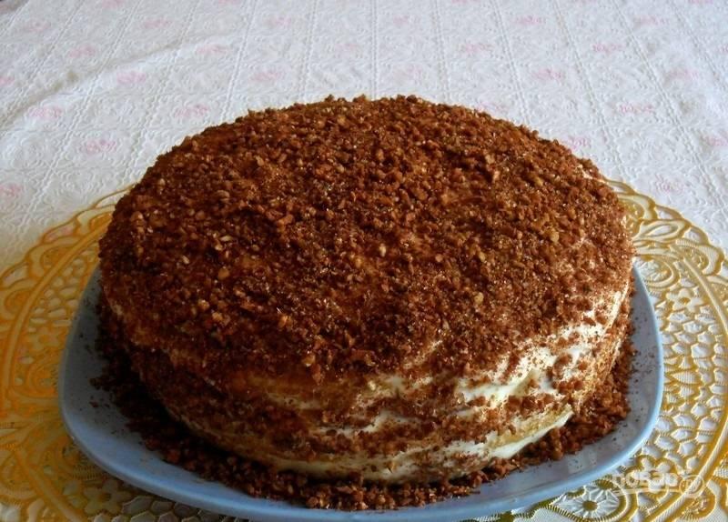 15.Полученной крошкой смазываю стороны и верхушку торта, отправляю в холодильник минимум на 2 часа и подаю к столу.