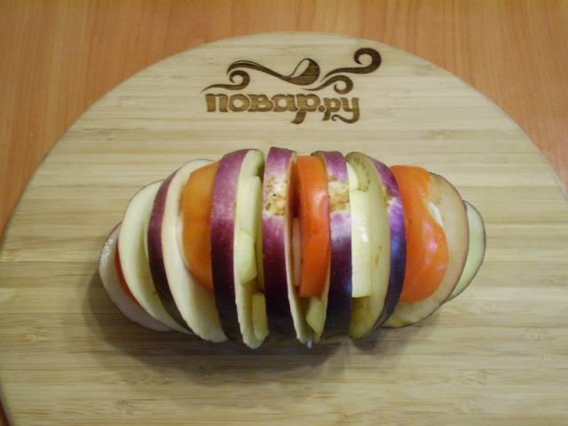 4. Вкладываем, чередуя, в баклажан овощи: помидор, лук, чеснок.