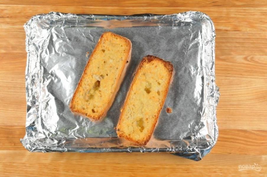 2. Затем багет смажьте маслом. Посыпьте сыром и половиной чеснока. Отправьте его запекаться на 8 минут при 200 градусах в духовку.