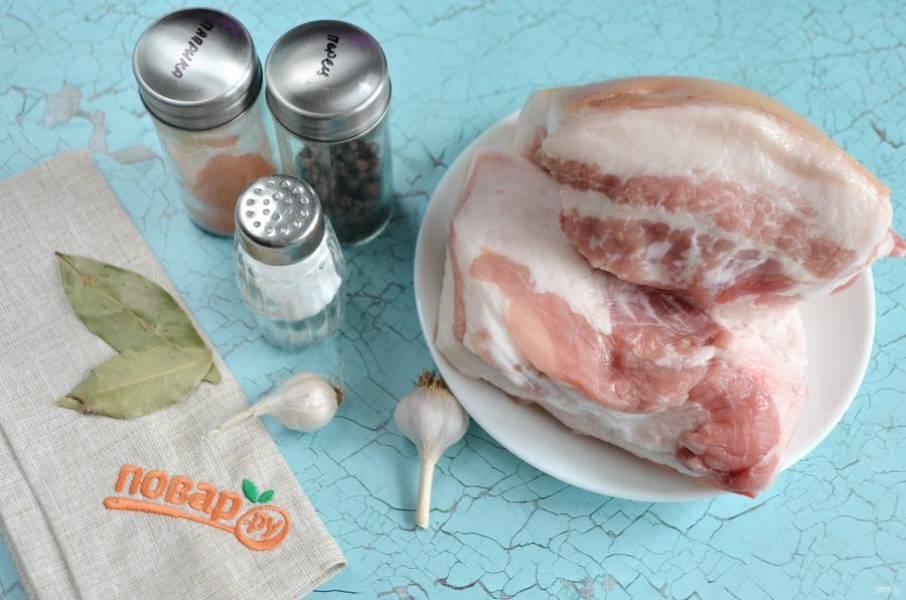 1. Свиные щёки нужно хорошо очистить, промыть и обсушить.