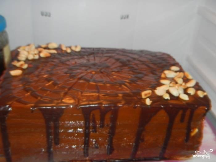 Второй и третий (можете взять четвертый корж, это уже на ваш вкус) промажьте помимо крема еще и шоколадом растопленным, а также посыпьте орешками.  А украсить торт можете оставшейся сгущенкой и нарисовав шоколадом узор. У меня еще оставались орешки, я их тоже посыпала красиво.