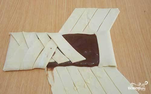 Выложите начинку в центр теста, заверните надрезанные края. Хорошо скрепляйте тесто, чтобы в процессе выпекания оно не разошлось.