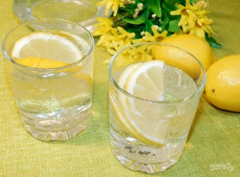 Разлейте по стаканам и добавьте ломтик лимона. Шипучий напиток готов!