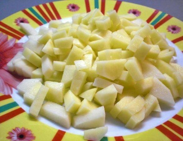 4. Картофель вымыть, очистить и нарезать небольшими кусочками. Чем мельче он будет порезан, тем быстрее рыбный суп со скумбрией в домашних условиях будет готов.