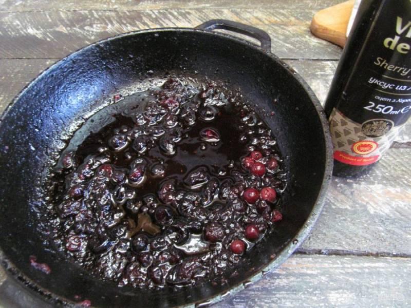 Снимите с плиты соус и добавьте ложку бальзамического уксуса. Перемешайте.