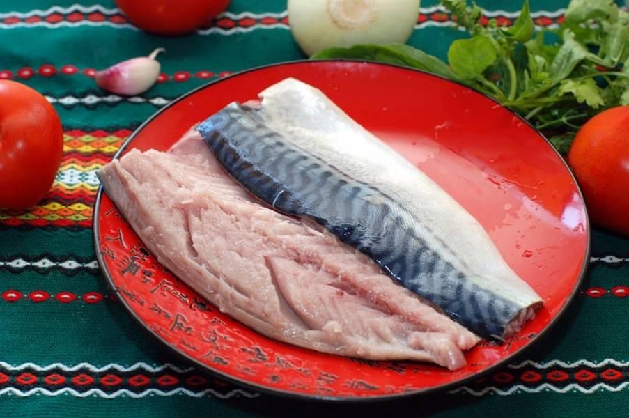 Моем и чистим рыбку, срезаем филе, я стараюсь убрать кожицу.