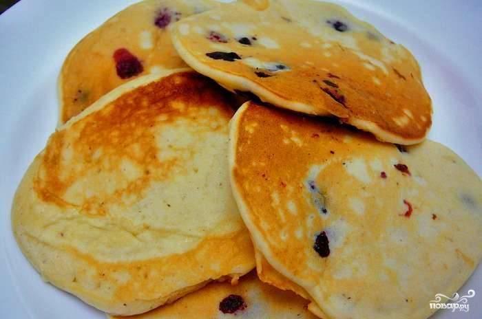 Если у вас есть желание, то можете прямо в тесто добавить замороженные или свежие ягоды. Они придадут панкейкам пикантность. Подавайте панкейки с вареньем или сметаной горячими.
