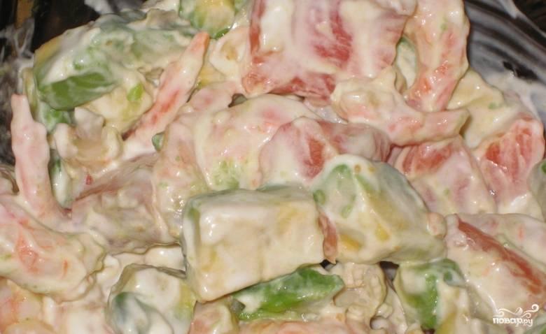 Заправьте салат майонезом, тщательно перемешав содержимое.