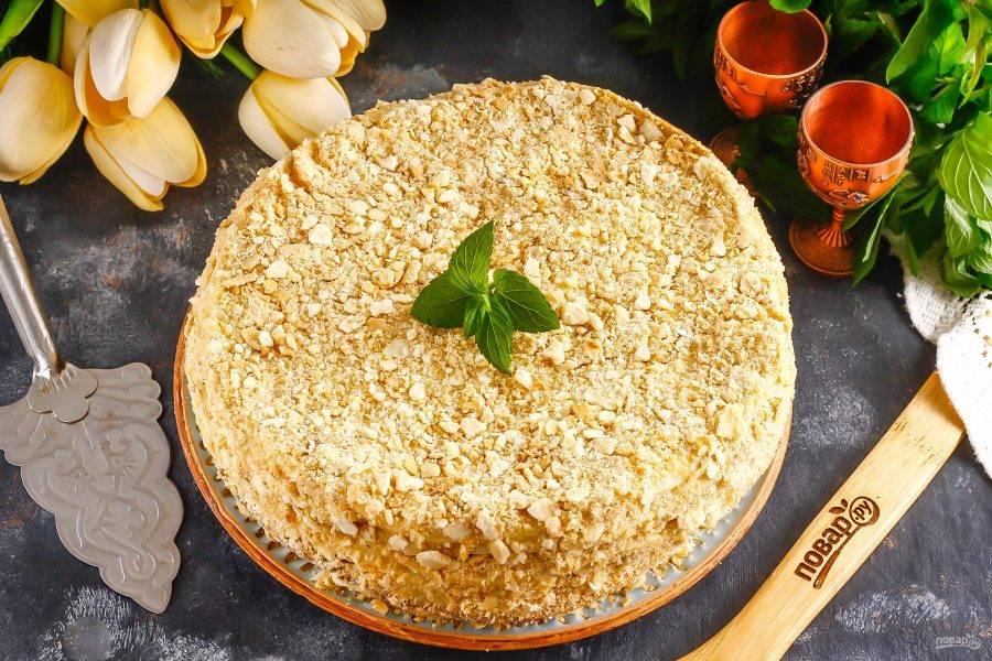 При подаче украсьте торт свежей мятой, фруктами или ягодами.