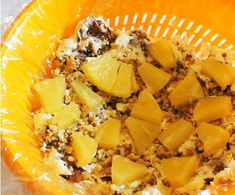 5. И сразу же после орехов - слой ананасов. Затем опять слой бисквита с кремом, так повторяем, пока ингредиенты не кончатся.