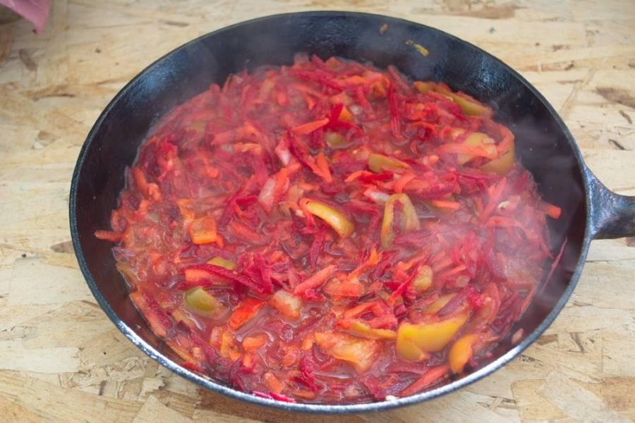 Добавьте томатную пасту. Тушите все вместе. При необходимости добавьте немного бульона в зажарку.