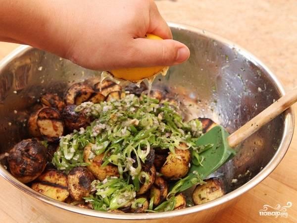 7. Добавьте немного перца, оставшуюся петрушку, орегано и чеснок. Выложите горчицу и снова немного оливкового масла. Дополните по желанию свежей зеленью и луком- шалот. Из лимона выжмите сок, полейте им сверху.