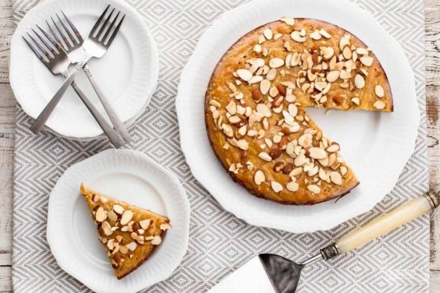 15.Готовый пирог нарежьте кусочками и подавайте к столу.