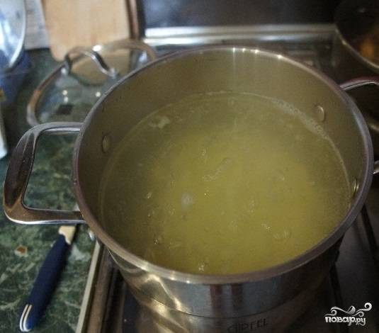 5.Поставьте на огонь кастрюлю с водой. В момент закипания воды положите нарезанный картофель. Дайте закипеть и недолго варите картофель (минут 5).
