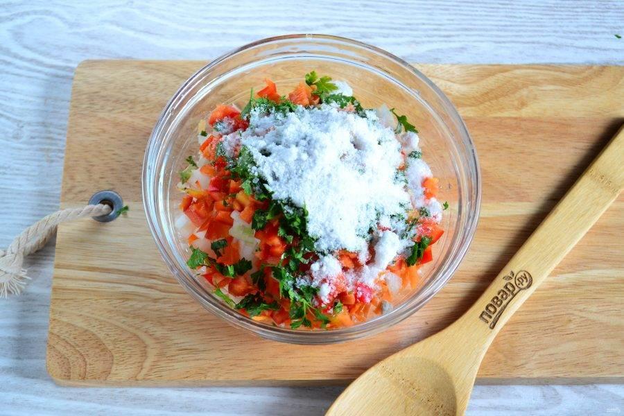 Смешайте все подготовленные овощи, добавьте соль.