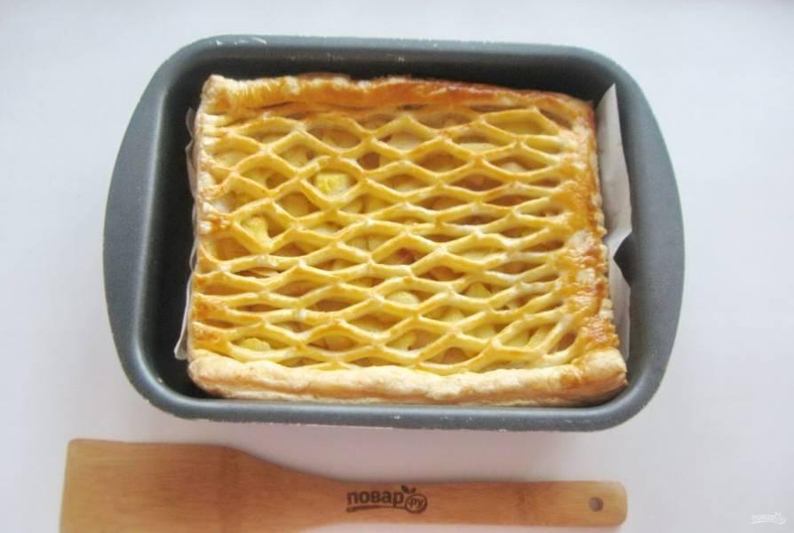 Выпекайте пирог в духовке при температуре 180-190 градусов 35-40 минут до золотистой корочки.