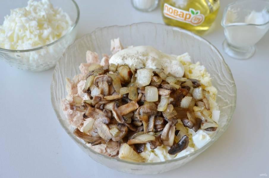 4. Добавьте жареные грибы с луком, майонез, соль-перец. Перемешайте салат.