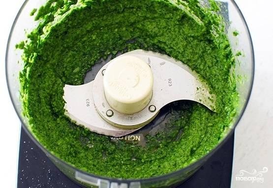 2. В чашу блендера отправьте вымытую рукколу, базилик, очищенный зубчик чеснока, оливковое масло, пармезан. Добавьте щепотку соли. Взбейте все до однородности.