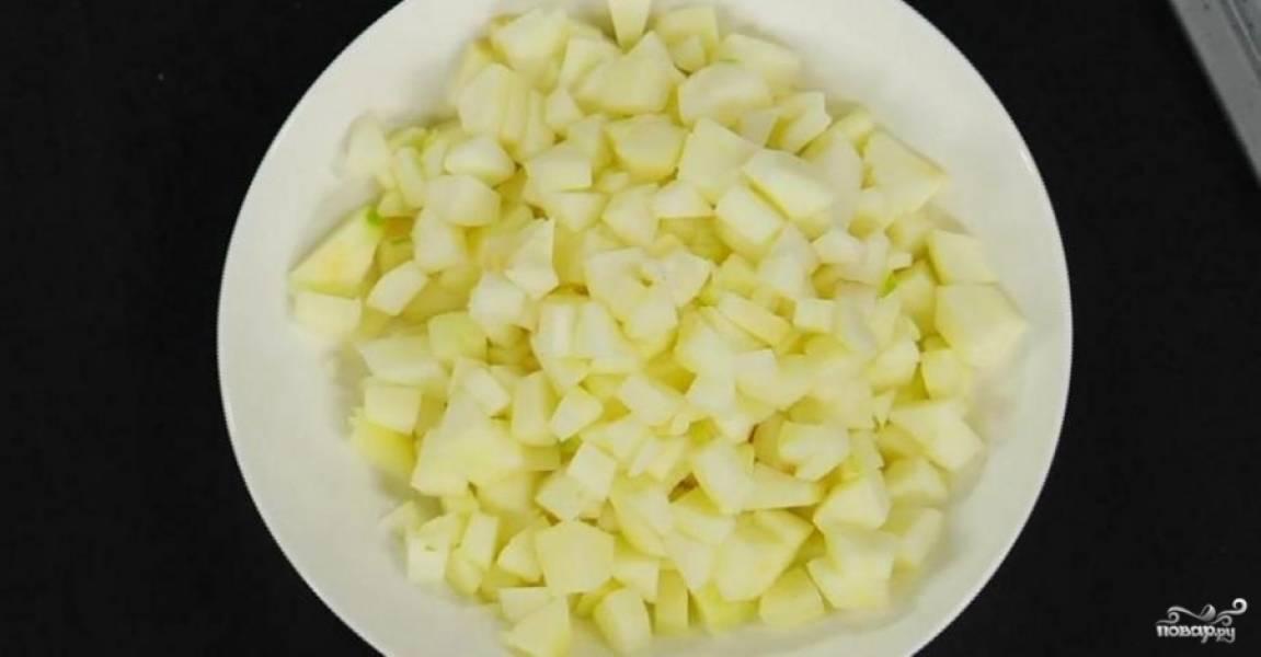 3.Яблоки помойте, очистьте и нарежьте небольшими кусочками. Сбрызните лимонным соком, иначе они потемнеют.