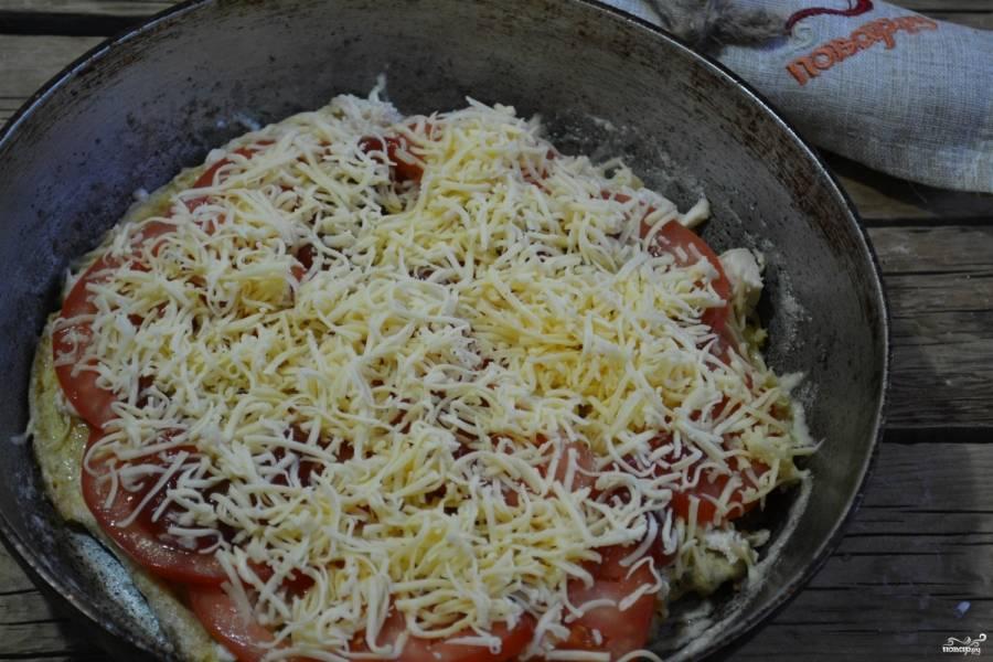 Сверху присыпьте тертым на мелкой терке твердым сыром, накройте крышкой и готовьте 5 минут на медленном огне.