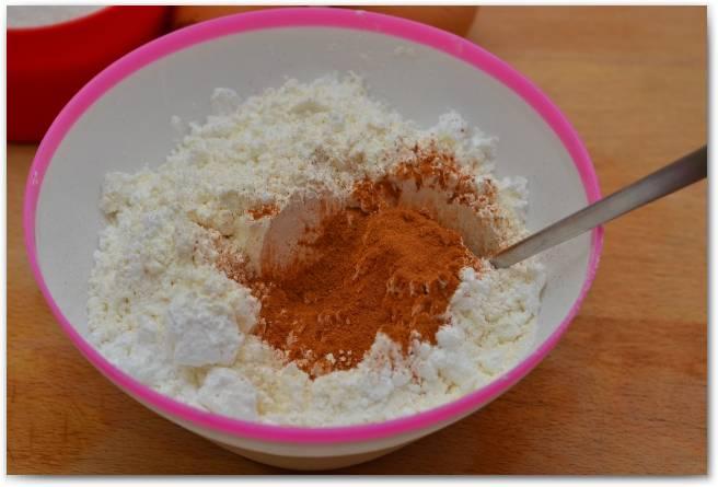 Муку смешайте с корицей и щепоткой соли.
