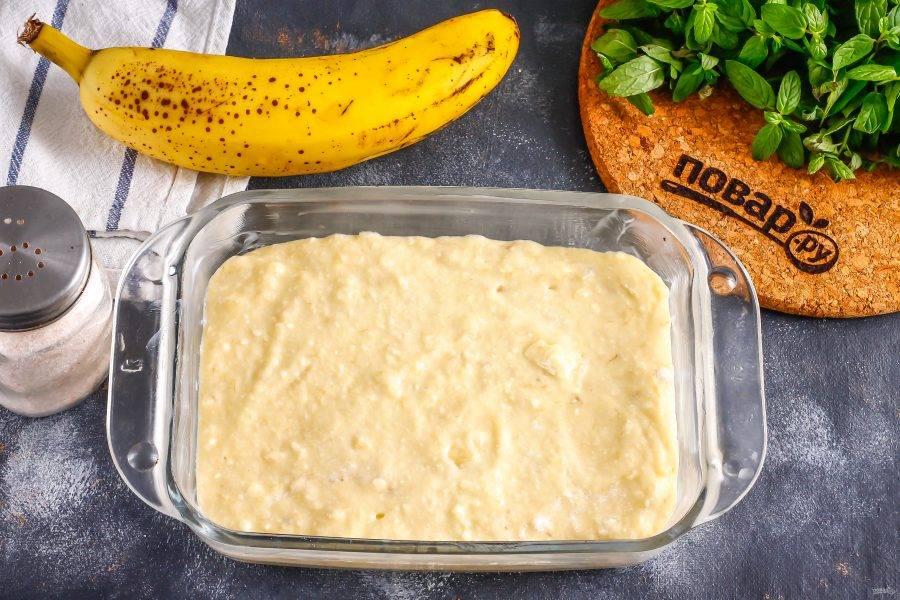 Смажьте форму растительным маслом и выложите в нее тесто. Поместите форму в духовку на 25 минут.