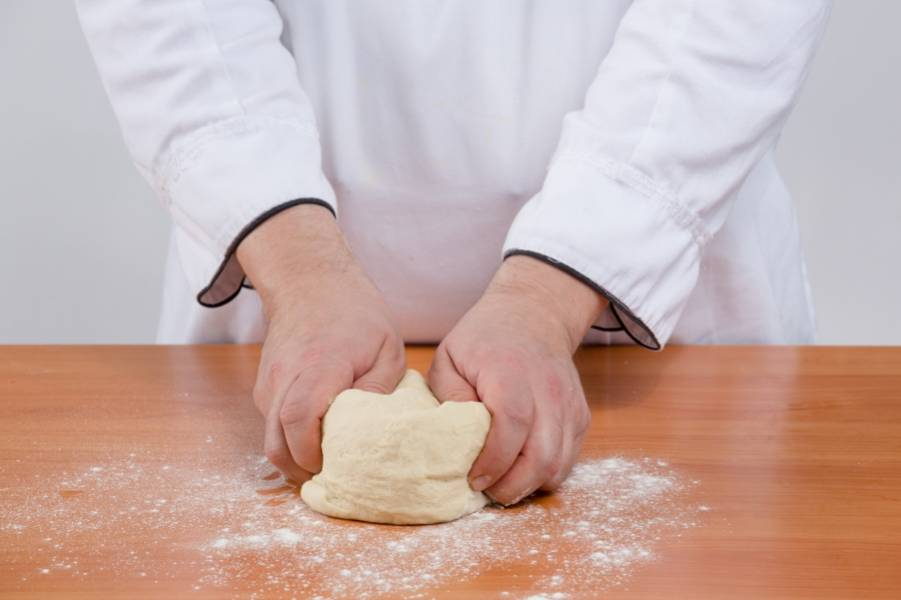 2. Очень тщательно вымесите, лучше всего - в блендере или хлебопечке. Если вручную - то не менее 10 минут.