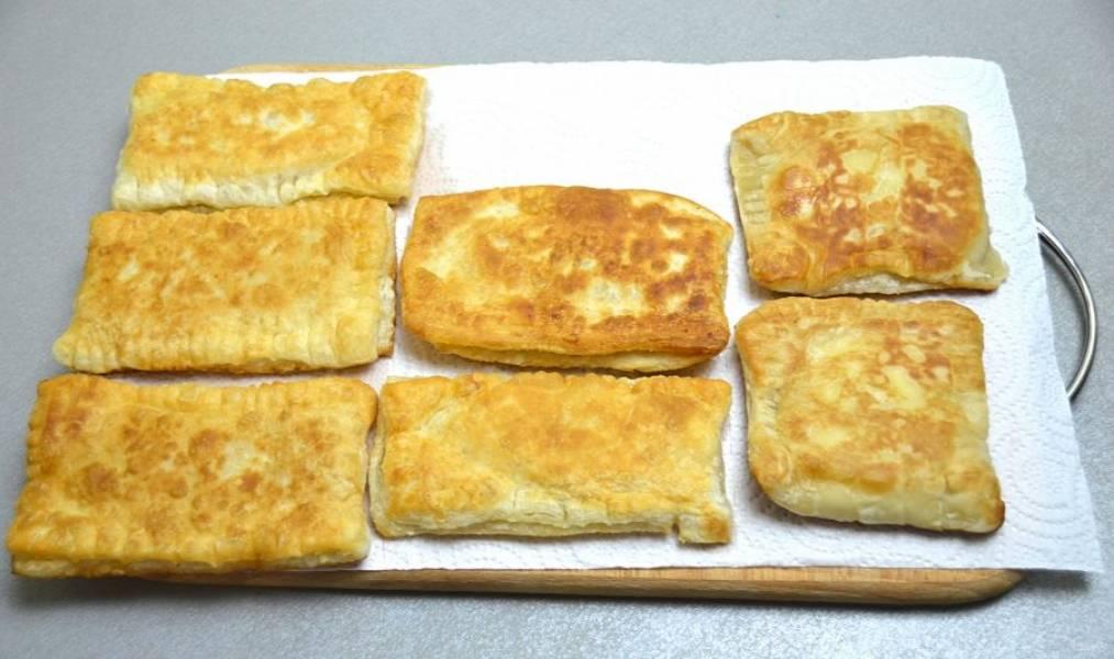 Обжаренные пирожки выложите на бумажное полотенце, чтобы избавиться от излишков масла.