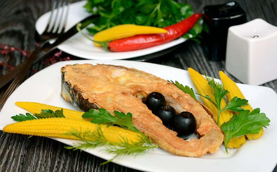 Блюдо подается на стол с овощами, зеленью и соусом (по желанию). Приятного аппетита!
