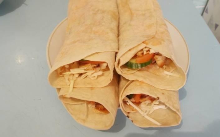 Аккуратно заворачиваем лаваш и слегка обжариваем его на сухой сковороде с двух сторон. Приятного аппетита!