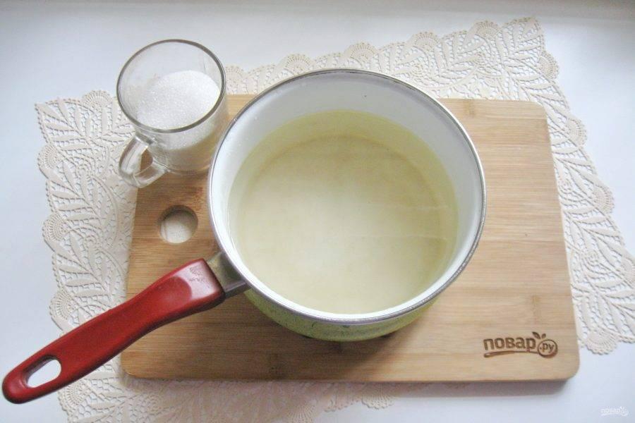 В грушевый отвар добавьте сахар по вкусу и сок половины лимона. Лимон можно заменить лимонной кислотой. Потребуется четверть чайной ложки. Проварите сироп 2-3 минуты.