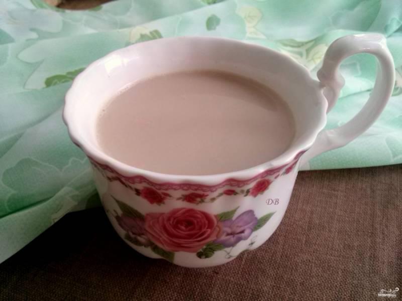 Как только чай закипит, снимите его с огня, закройте крышку и дайте настояться. Перед тем, как разливать его по чашкам, процедите через сито, чтобы убрать кусочки специй.