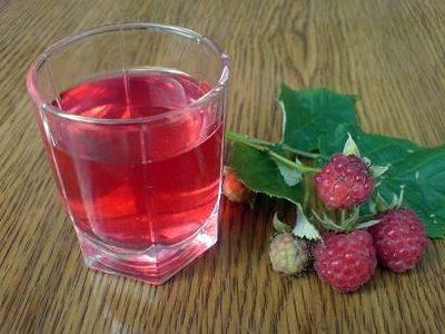 3. Через 2 месяца достаньте наливку. Лучше ее настаивать в холодильнике и затем там же хранить. Перед разливом в бутылку тщательно перемешайте ягоды, но постарайтесь не разломать их - в бутылке они будут превосходно смотреться .