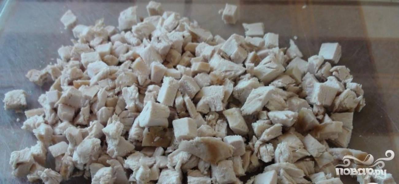1 Мясо курицы отварить до готовности, охладить, нарезать небольшими кубиками.
