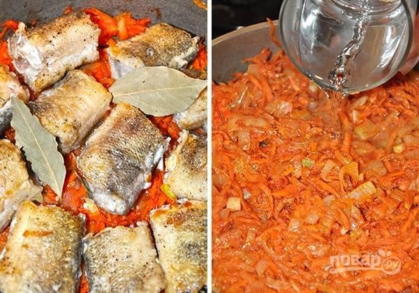 5. На дно сотейника выложите часть соуса и распределите ровным слоем рыбку. Снова соус, рыба и соус. Добавьте немного воды. Накройте крышкой и тушите на медленном огне около часа до готовности. Подавайте блюдо к столу с любимым гарниром.  Приятного аппетита!