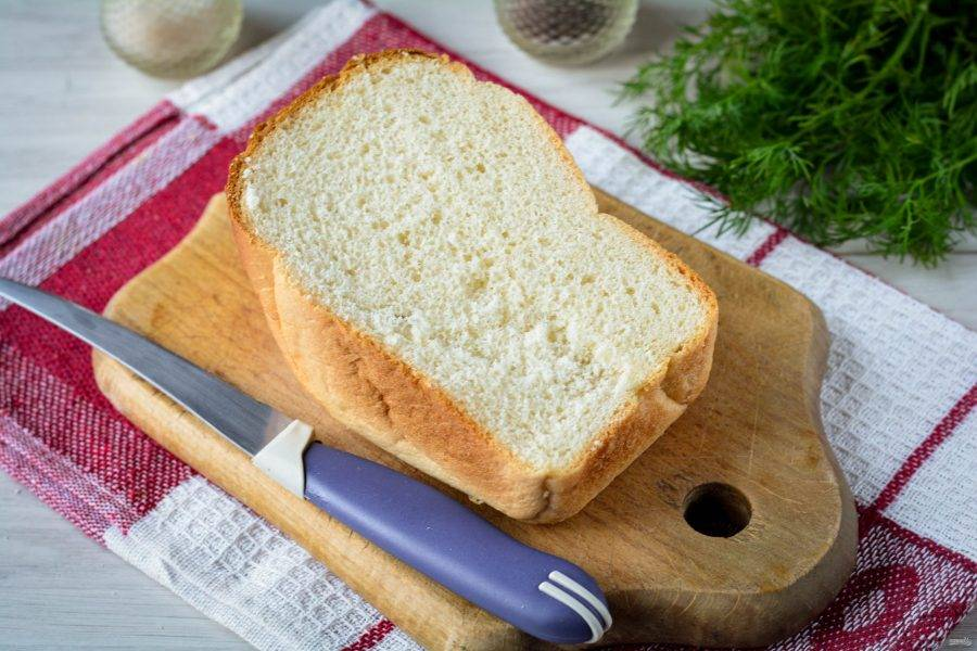 Подготовьте белый хлеб для приготовления домашних панировочных сухарей.