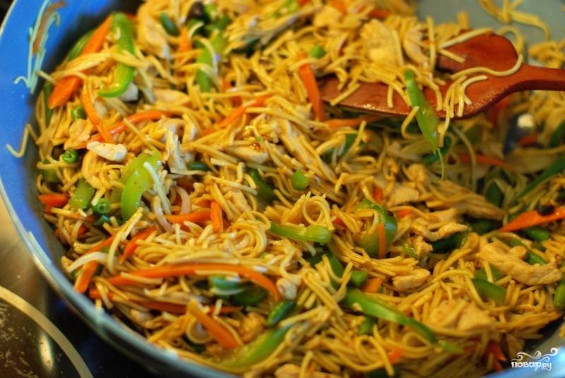 Китайская лапша готовится очень просто. Обычно заливается кипятком и через 5 минут готова к употреблению. Поэтому не провороньте момент, когда нужно залить лапшу. А делать это надо во время жарки овощей :) Потом лапшу добавляем на сковородку, заливаем все соевым соусом. Обжариваем буквально минуту и снимаем с огня.