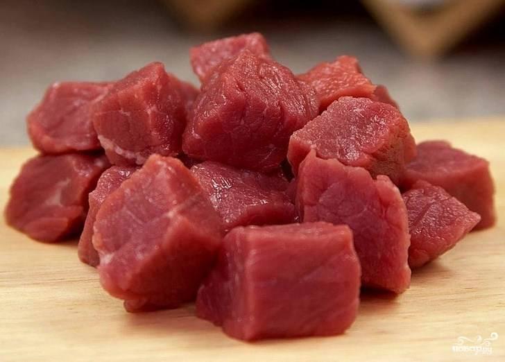 1. Мясо режем небольшими кубиками и складываем в казанок. Солим и включаем огонь, обжарим до появления румяной корочки. Если свинина недостаточно жирная и не выделяет сок - добавьте немного масла.