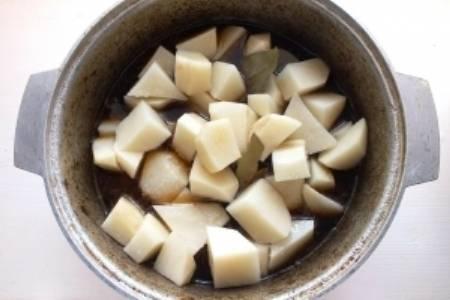 7.Нарезаем картофель крупными кусочками и добавляем к рагу за час до приготовления мяса, чтобы картофель не разварился.