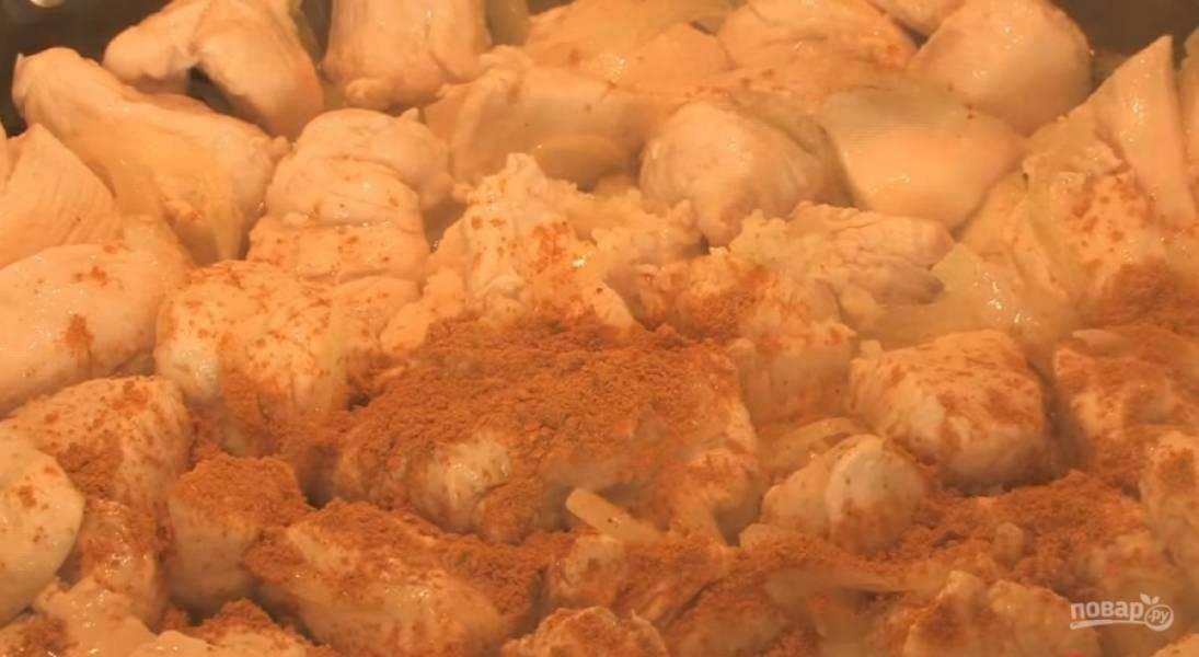 2.Нарежьте лук, обжарьте его на подсолнечном масле. Добавьте курицу и жарьте, пока она не побелеет.