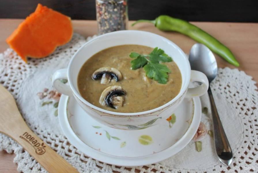 Тыквенный суп-пюре с шампиньонами готов. Подавайте на первое в обед.