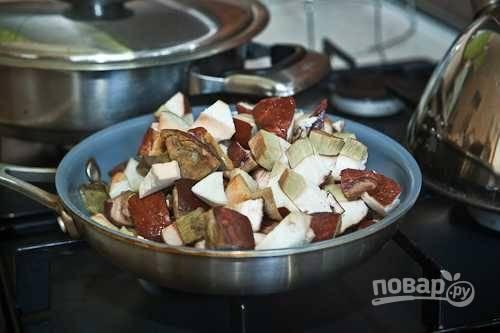 2. Затем грибы выложите в глубокую сковороду. Помешивая, готовьте их 13-15 минут.
