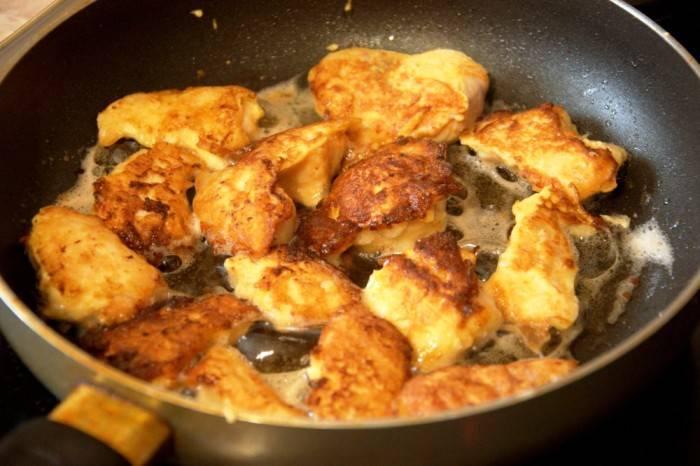 Обжарьте до румяной корочки со всех сторон. На стол подавайте в горячем виде с гарниром и соусом на ваш вкус.