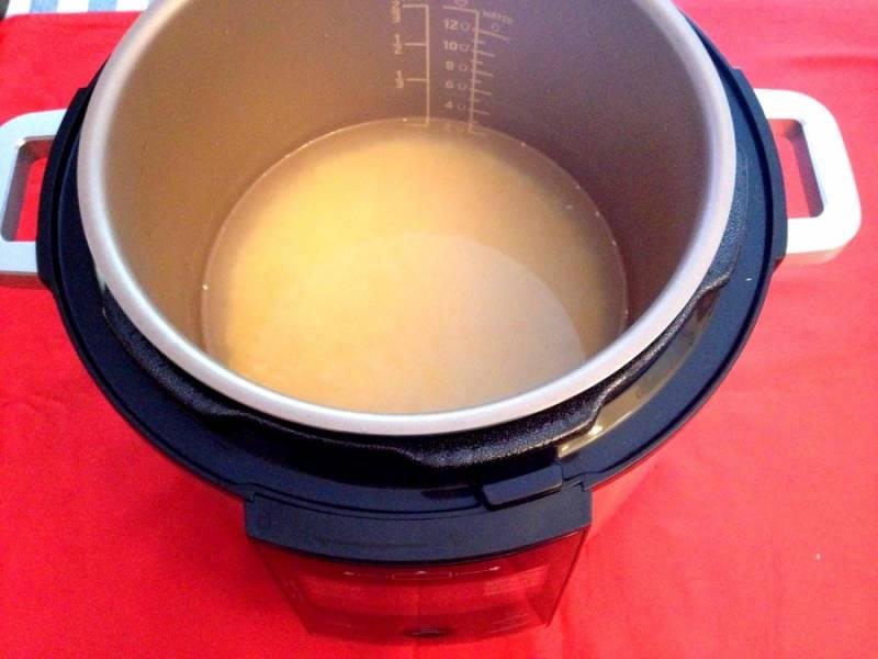 """Поместите чашу в мультиварку, посолите, поперчите, добавьте масло (я использовала оливковое) и поставьте режим """"Каша"""" на минут 15-20."""