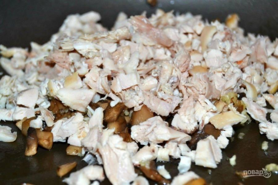 9.Выложите в сковороду курицу и перемешайте
