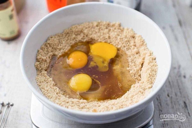 3.По центру сделайте углубление и вбейте куриные яйца, влейте мед и растительное масло.