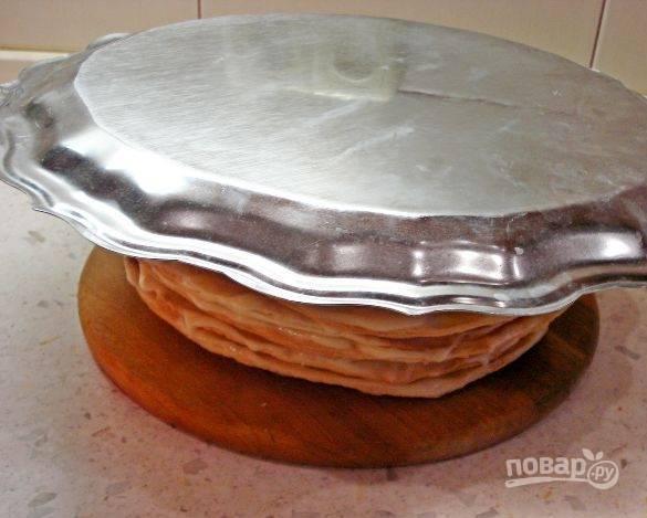 15. В конце придавите торт (я для этого использую разнос) и отправьте его в холодильник минимум на 5 часов.