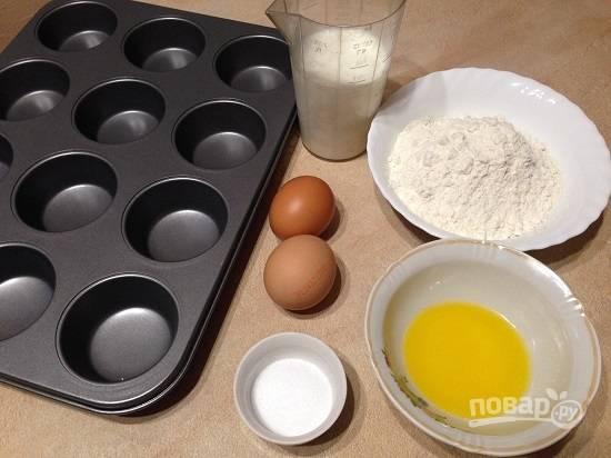 1. Молоко заранее подогреем до температуры примерно 30 градусов. Сливочное масло растопим, оно не должно быть горячим. Включаем духовку, пусть разогревается до 230 градусов.