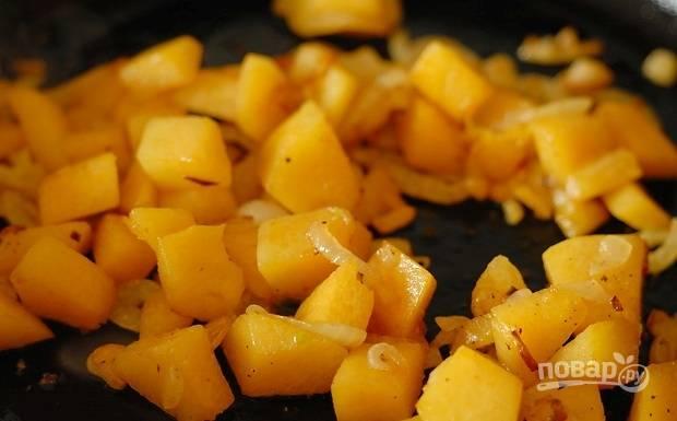 В это время на раскалённом масле обжарьте чеснок. Затем добавьте к нему лук и тыкву. Готовьте овощи вместе 10 минут. Добавьте соль и перец.